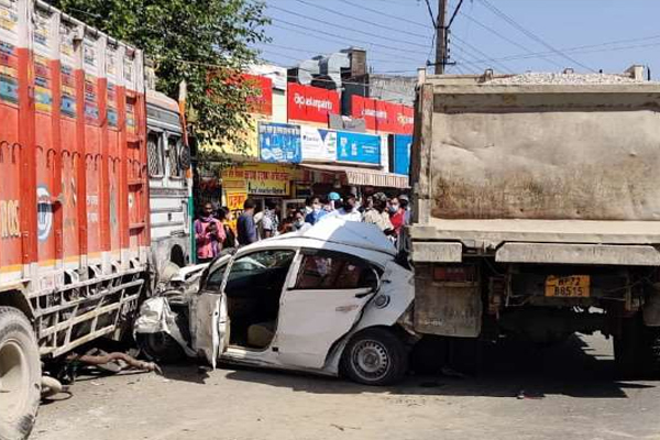 ट्रक और टिप्पर के बीच फंसकर चकनाचूर हुई कार,बाल-बाल बचे पांच लोग