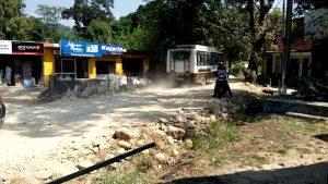 जयसिंहपुर में ख़राब सड़क से मिट्टी फांक रहे हैं लोगों ने काले फुल देकर जताया अपना रोष