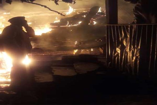 चिड़गांव में दोमंजिला मकान आग में जलकर राख , लाखों रुपये का नुकसान