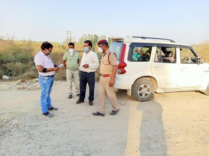 इन्दौरा उपमंडल के कन्दरोड़ी उद्योगिक क्षेत्र में सहायक क्षेत्रीय परिवहन अधिकारी रमन कुमार ने ओवरलोड वाहनों के चालान काटे । रमन कुमार ने इस सन्दर्भ में पत्रकारों से बातचीत करते हुए बताया कि पांच गाड़ियों के चालान काट 19000 रुपये जुर्माना वसूला गया है । उन्होंने बताया कि दो ट्रकों के ओवरलोड के चालान काटे हैं ।एक निजी जीप का भी सवारियां ढोने के लिए चालान काटा गया है। एक गाड़ी का ड्राइवर गाड़ी छोड़ भाग गया। उसके भी कागज हमने जपत कर लिये हैं। रमन कुमार ने बताया कि जो भी ओवरलोड भारीभरकम वाहन लेकर जाएगा और जिसके पास गाड़ी के कागजात पूरे नहीँ होंगे उन पर कानूनी कार्यवाही होगी।