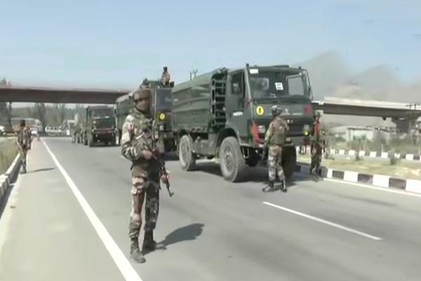 जम्मू-कश्मीर के पुलावामा स्थित पंपोर में आतंकियों ने सीआरपीएफ पर हमला