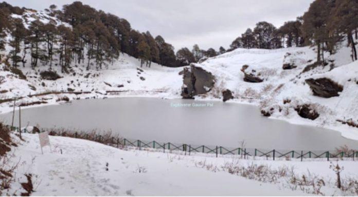 जलोड़ी दर्रा में बर्फ से ढकी खामोश वादियाँ बनी पर्यटकों के आकर्षण का केन्द्र*