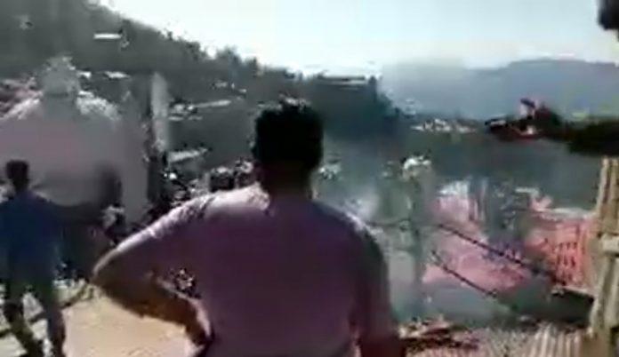 हिमाचल प्रदेश की राजधानी शिमला लोअर बाजार में आग लगने की घटना सामने आई है । मिली जानकारी मुताबिक शनिवार को लोअर बाजार में कुछ दुकानों में आग लग गई। हालांकि, आग लगने के कारणों का पता नहीं चल पाया है, लेकिन दमकल विभाग की गाड़ियां मौके पर पहुंची है और आग बुझाने कमा शुरू किया खबर लिखे जाने तक आग पर लगभग काबू पा लिया गया है। मिली जानकारी के अनुसार, शिमला के लोअर बाजार में मस्जिद के पास सब्जी मंडी है और यहां पर ठीक ऊपr अचानक आग लगी गई। बताया जा रहा है कि करीब दस बजे के करीब लोअर बाजार में एक कपड़े की दुकान के गोदाम में आग लगी है। आग से साथ की दुकानों को बचाने के प्रयास भी किया गया । इस आगजनी में अभी तक किसी जानी नुकसान की सूचना नहीं है लेकिन लाखों का नुक़सान हुआ है ।