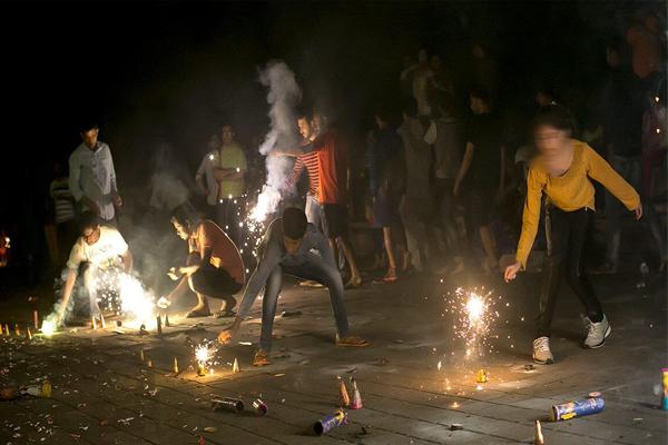 एनजीटी ने पटाखे जलाने से होने वाले प्रदूषण के मामलों की सुनवाई का दायरा एनसीआर से बढ़ाते हुए 18 राज्यों और केन्द्र शासित प्रदेशों तक बढ़ा दिया है. प्राधिकरण ने इन सबको नोटिस जारी किया है.