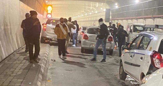 अटल टनल के भीतर वाहन खड़ी करने पर प्रतिबंध होने के बाद भी वीरबार को कुछ सिरफिरे सैलानियों ने सुरंग के भीतर वाहन रोककर नाच गाना शुरू कर दिया। इसके चलते स्थानीय वाहन चालक परेशान हो गए और कुछ देर तक सुरंग के भीतर जाम लग गया। कुछ लोगों ने पर्यटकों के इस कृत्य का वीडियो बनाकर सोशल मीडिया में वायरल कर दिया। जैसे ही पुलिस को इसकी खबर मिली त्वरित करवाई करते हुए सुरंग के अंदर गाड़ी रोक कर नाचने वाले पर्यटक वाहनों की शिनाख्त कर कब्जे में ले लिया गया ।पुलिस अधीक्षक गौरव सिंह ने बताया कि कानून का उल्लंघन करने वालों पर शिकंजा कसा जा रहा है। सभी आरोपियों के खिलाफ मुकदमा दायर करके इन्हें गिरफ्तार किया जा रहा है साथ ही अन्य गाड़ियों के टूरिस्ट जो वहां ऐसी हरकत कर रहे थे उनको भी पूछताछ करके कानूनी कार्रवाई की जा रही है।
