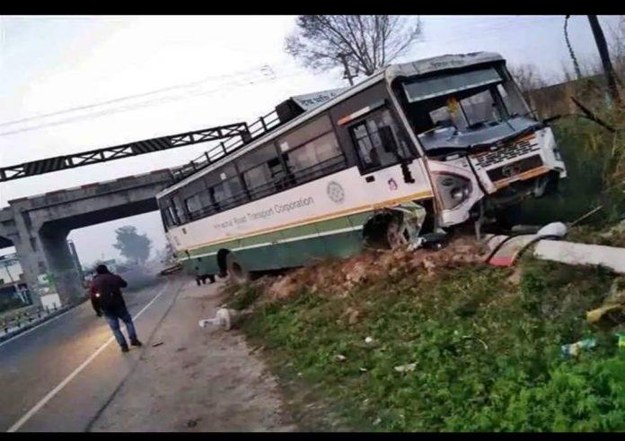 दिल्ली से बैजनाथ जा रही HRTC बस हुई हादसे का शिकार,सवारियां सुरक्षित