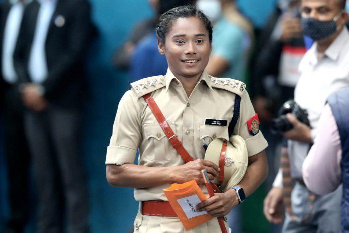 भारत की उड़न परी के नाम से मशहूर महिला एथलीट हिमा दास को असम के मुख्यमंत्री सर्वानंद सोनेवाल ने डीएसपी नियुक्त किया है. नियुक्ती के बाद शुक्रवार को हिमा दास की खुशी का ठिकाना नहीं रहा