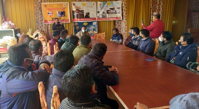 आरटीओ शिमला ने मोटर वाहन अधिनियम और नियमों की दी ट्रांसपोर्टरों को जानकारी।