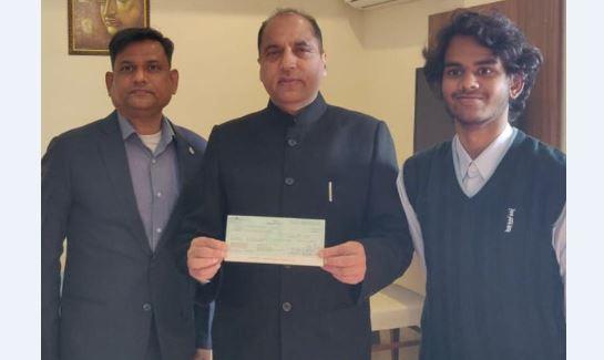 शान फुलझेले ने मुख्यमंत्री को 1.71 लाख रुपये का चेक भेंट किया