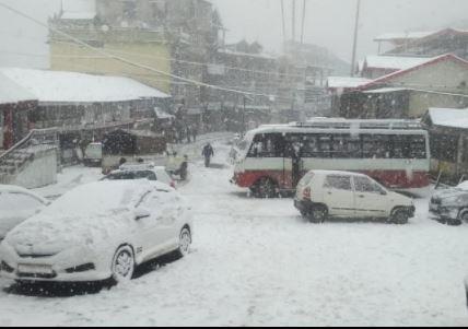 बर्फ से लकदक हुई हिमाचल की वादियां, झूम उठे सैलानी, पर्यटन को मिलेगी रफ्तार