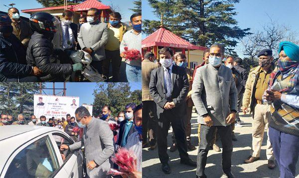 सड़क सुरक्षा सप्ताहः परिवहन मंत्री विक्रम सिंह ने चालकों बांटे गुलाब के फूल