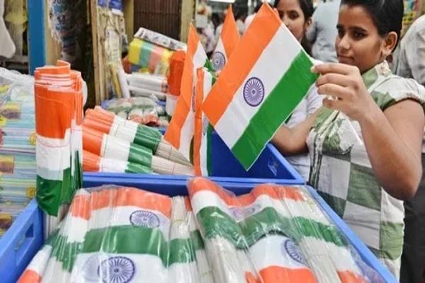 लोगों से प्लास्टिक के राष्ट्रीय ध्वज का उपयोग नहीं करने का आग्रह