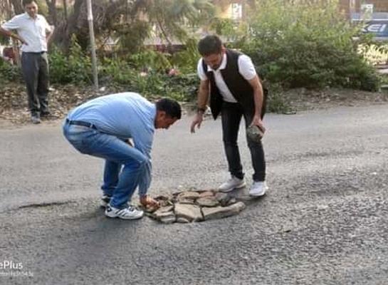 परवाणू कसौली सड़क की हालत खस्ता, समाजसेवियों ने निभाई गड्ढे को भरने की जिम्मेदारी