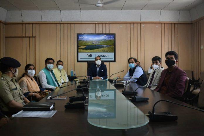 मुख्यमंत्री ने मंडी व कुल्लू जिलों की कोविड-19 स्थिति की समीक्षा की