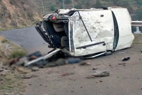 शिमला में दर्दनाक सड़क हादसा: स्कॉर्पियो के उड़े परखच्चे, 3 युवकों की मौके पर मौत