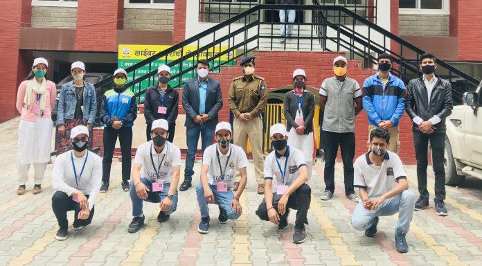कुल्लू: पुलिस के रुस्तम स्वयंसेवी मास्क पहनने के लिए कर रहे जागरूक