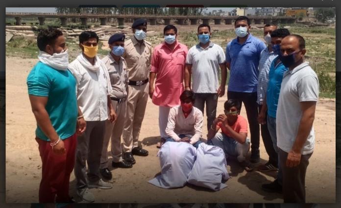 प्रदेश के सबसे बड़े औद्योगिक क्षेत्र बीबीएन में लगातार अवैध नशे की खेप बेची जा रही है। ताजा मामला बद्दी के सरामाजरा गांव का है। जहां पर जिला पुलिस बद्दी की एसआईयू की टीम ने 2 लोगों से करीबन 16 किलो अवैध गांजा बरामद किया है। पुलिस ने कार्रवाई गुप्त सूचना के आधार पर की। एसआईयू की टीम को गुप्त सूचना मिली थी कि दो व्यक्ति के पास अवैध गांजे की खेप लेकर आ रहे हैं और उसे बेचने की फिराक में हैं। इस सूचना पर पुलिस ने जाल बिछाया और दोनों लोगों को मौके पर पकड़ कर उनसे करीबन 16 किलो गांजा बरामद किया है। फिलहाल पुलिस ने मामला दर्ज कर जांच शुरू कर दी है। इस बारे में मीडिया से बातचीत करते हुए डीएसपी नालागढ़ विवेक ने बताया कि पुलिस ने गुप्त सूचना के आधार पर कार्रवाई की है। पुलिस ने 2 लोगों को गांजा समेत गिरफ्तार भी कर लिया है। उन्होंने कहा कि पुलिस ने मामला दर्ज करके जांच शुरू कर दी है।