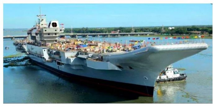 भारतीय नौसेना के विमानवाहक पोत आईएनएस विक्रमादित्य में शनिवार को मामूली आग लग गई।