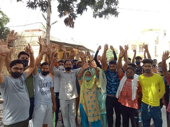 इंदौरा के लोगों ने बिजली विभाग के कार्यालय में जा कर किया रोष प्रदर्शन