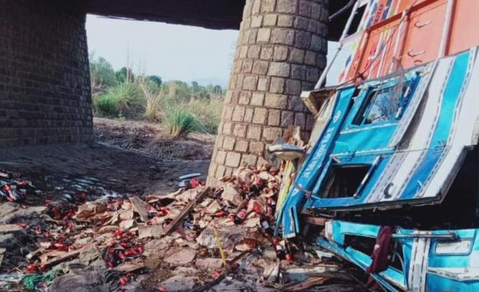 नालागढ़ में बियर से लदा ट्रक पुल से नीचे पलटा, दो की मौत दो घायल