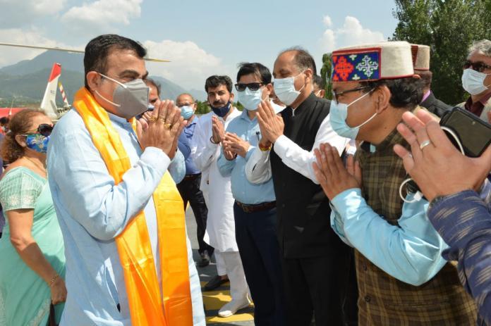 जय राम ठाकुर ने केन्द्रीय मंत्री नितिन गडकरी का कुल्लू आगमन पर किया स्वागत